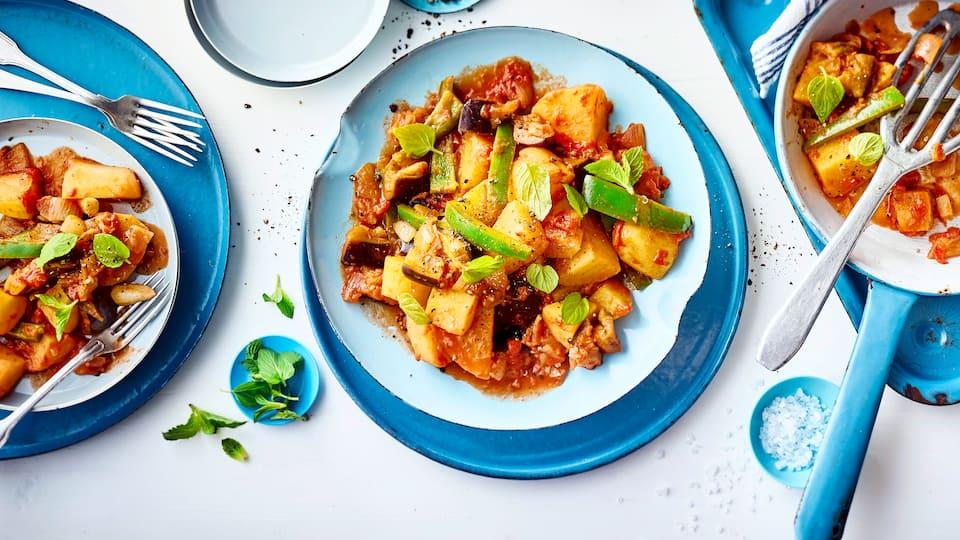 Aus Kartoffeln lassen sich köstliche Beilagen wie Kartoffelsalat zubereiten. Mit unserem Kartoffelgemüse stellen wir Ihnen eine weitere Rezeptidee vor!