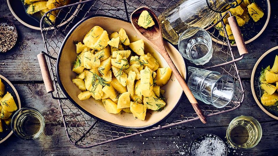 Dill gibt dem Kartoffelsalat einen besonderen Geschmack, passt sehr gut zu gebackenem Fisch.