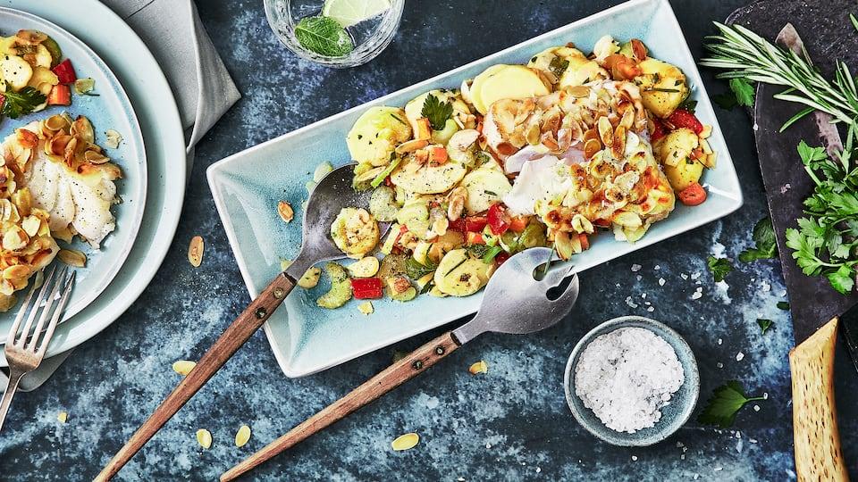 Schnelles Gericht ganz ohne Gluten und Laktose: Kochen Sie unser mit Mandeln paniertes Fischfilet und dazu ein Kartoffelsalat mit Paprika und Weißweinessig!