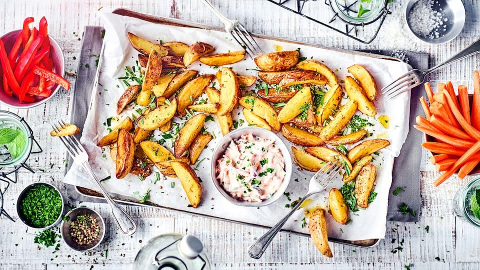 Lecker und leicht bekömmlich: Im Ofen gebackene Kartoffelspalten mit pikantem Gemüse-Quark und Rohkost – probieren Sie es beim nächsten Abendessen aus!