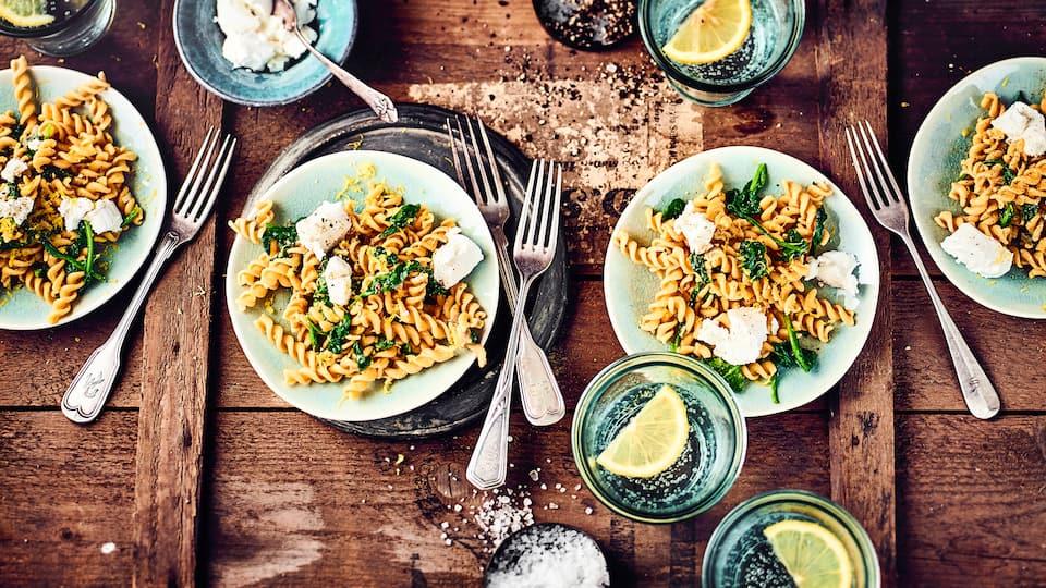 Kaum Zeit zum Kochen und es sollen nicht immer die typischen Nudeln sein? Dann probieren Sie unser Rezept für Kichererbsen-Pasta aus: Dazu Spinat und Ziegenfrischkäse!