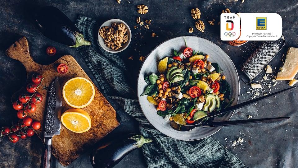 Frisch, knackig & sportlich - perfekt für den Sommer!  Unser Kichererbsen-Walnuss-Salat mit Avocado und frischem Spinat eignet sich hervorragend als Beilage zum Grillen oder auch als Hauptmahlzeit.