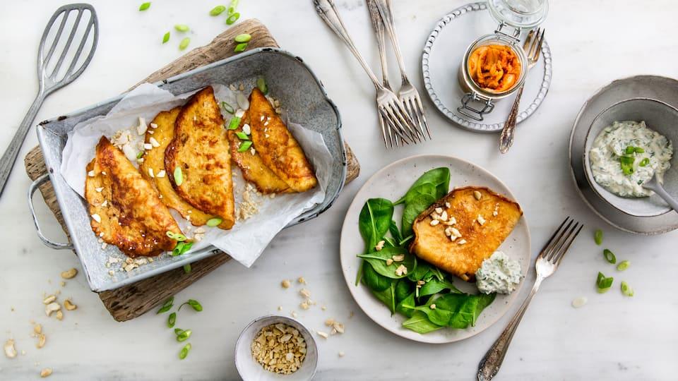 Genießen Sie das koreanische Nationalgericht einmal anders: Mit unserem Rezept für Kimchi-Pancakes an Kresse-Dip erleben Sie den eingelegten Chinakohl jetzt neu!