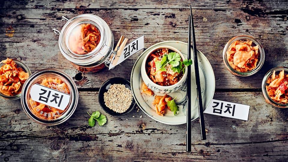 Fermentierter China-Kohl ist aus der koreanischen Küche nicht wegzudenken! Im Kühlschrank gelagert hält sich Kimchi mindestens 4 Wochen.