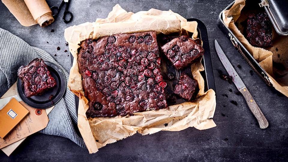 Unser Rezept-Tipp für einen Endorphin-Boost: Probieren Sie unsere fruchtigen Brownies mit Kakao, Mehl, Butter und Kirschen – saftig und lecker!