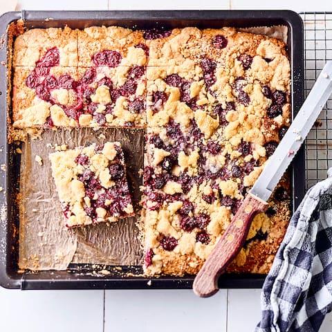 Ein ofenwarmer Blechkuchen mit Kirschen ist zu jeder Jahreszeit ein Genuss. Mit den Rezepten von EDEKA backen Sie die leckeren Kuchen im Handumdrehen.