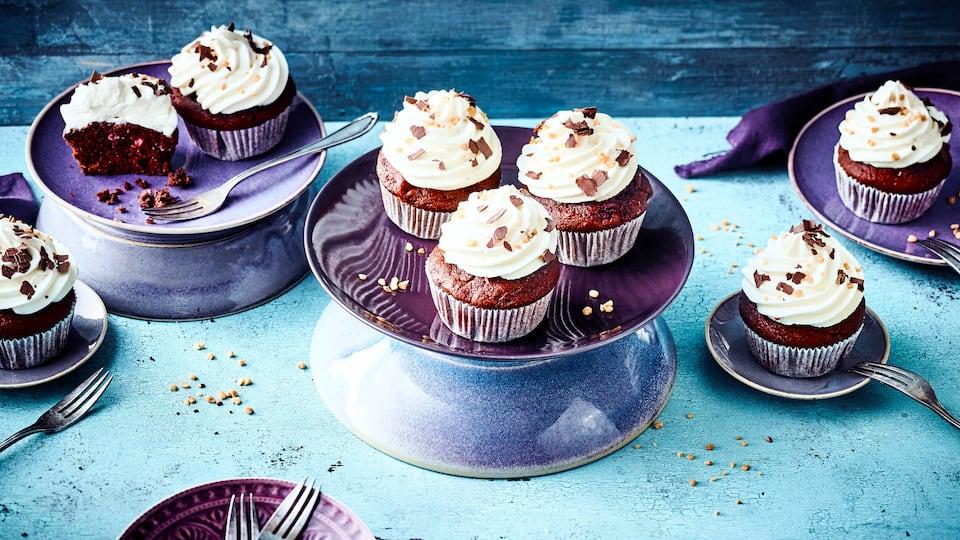 Muffins mit Schattenmorellen und Schokotäfelchen, mit Kirschwasser verfeinert und garniert mit einer Quarkcreme.