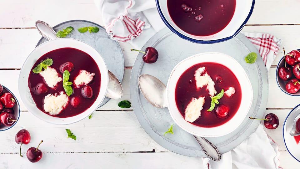 Ein leichtes fruchtiges Gericht für den Sommer ist unsere Kirschsuppe mit Grießklößen. So schön fruchtig und durch die Grießklößchen erinnert es fast an ein Dessert.