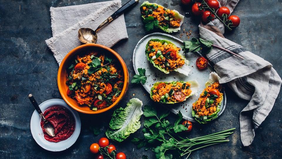 Ein köstliches und schnelles Rezept der türkischen Küche: Kisir –  ein Tomaten-Bulgur-Salat mit Gurke, Minze und Petersilie.