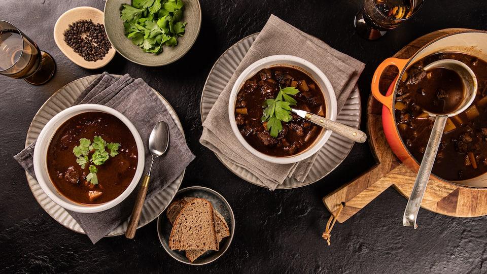 Gulasch ist unglaublich vielseitig doch wir haben Lust auf den Klassiker: Eine klassische Gulaschsuppe die herrlich würzig schmeckt und von innen wärmt.