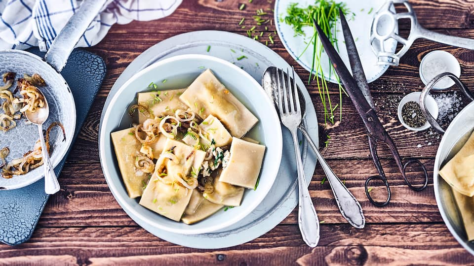 """Eine vorzügliche Köstlichkeit der schwäbischen Küche: Klassische Maultaschen. Einmal verführt, werden Sie der Leckerei bestimmt verfallen und sich über die vielen Zubereitungsmöglichkeiten rund ums """"Maultäschle"""" freuen."""