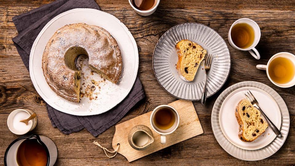 Passt perfekt zum nachmittäglichen Kaffee oder zum Naschen: Ein klassischer Gugelhupf mit Sultaninen und Mandeln.
