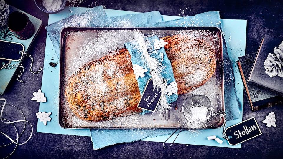 Ein Muss für den Adventskaffee oder die Festtage: Unser klassischer Stollen mit Rosinen und Orangeat schmeckt herrlich weihnachtlich. Und ganz viel Puderzucker nicht vergessen!