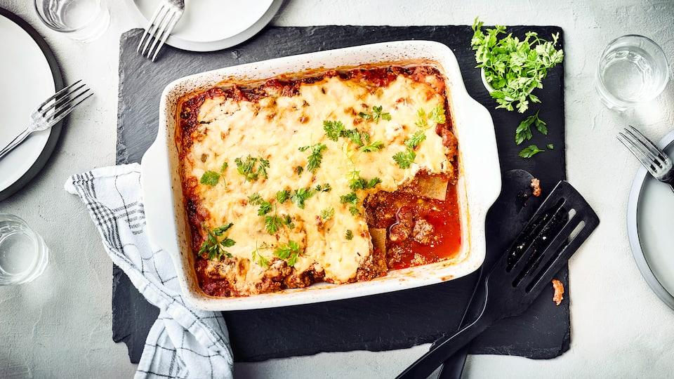 Selbst eine Lasagne lässt sich mit weniger Kohlenhydraten zubereiten: Ersetzen Sie einfach die Nudelplatten durch dünne Kohlrabischeiben.