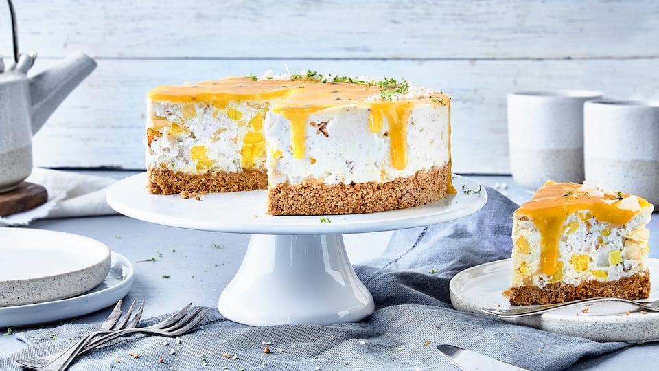 Exotische Leckerei: Bereiten Sie nach unserem Rezept eine fruchtige Kokos-Birnen-Maracuja-Torte mit frischen Zutaten und leckeren Kokosflocken zu.