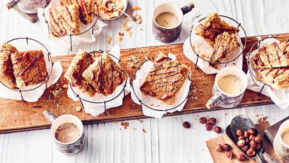 Cremige Nuss-Kokosmasse auf leckerem Mürbeteig gebacken, geschnitten und mit flüssiger Schokolade verziert.