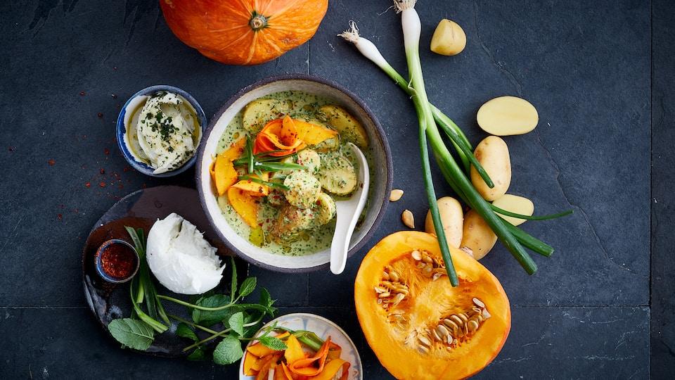 Im Herbst können wir gar nicht genug von Kürbis-Rezepten bekommen. Sie auch nicht? Dann versuchen Sie doch einmal unser thailändisches Kokos-Kartoffel-Curry mit mariniertem Kürbis und Minz-Mozzarella.