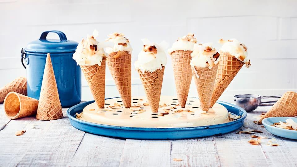 Unser Kokoseis schmeckt nicht nur sommerlich und sahnig, sondern lässt auch einen Hauch Urlaubsfeeling aufkommen. Eiswaffeln und eine Eismaschine sollten für die Zubereitung auf jeden Fall parat sein.