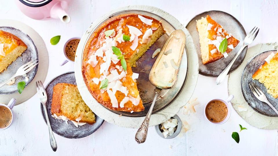 Unser leckerer Kuchen mit frischer Kokosnuss kommt ohne Mehl aus. Joghurt und Kokoslikör sorgen für einen intensiven Geschmack und die saftige Textur.