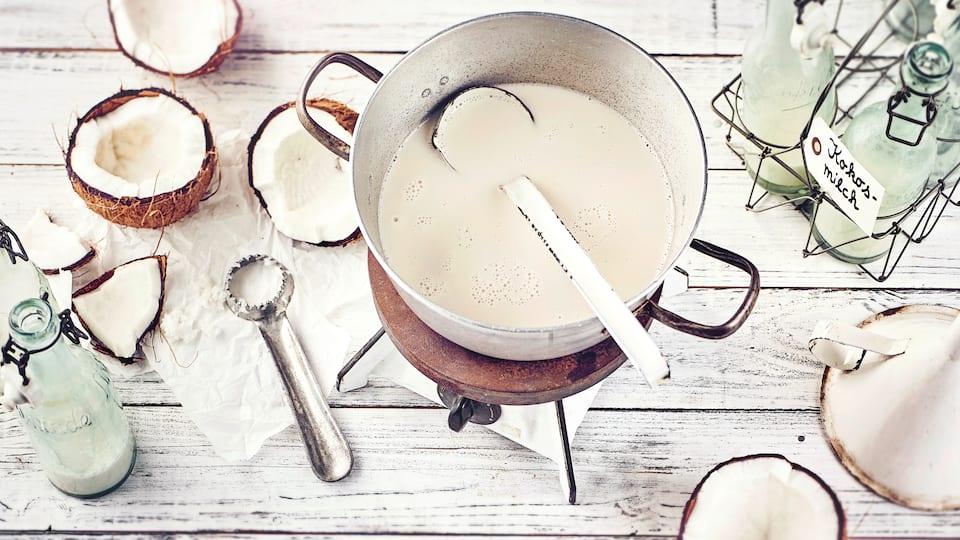 Aus vielen Nussorten lässt sich Milch einfach herstellen, aber aus Kokosnüssen ist es besonders einfach: Probieren Sie unser Rezept für Kokosmilch selber machen einfach einmal aus!