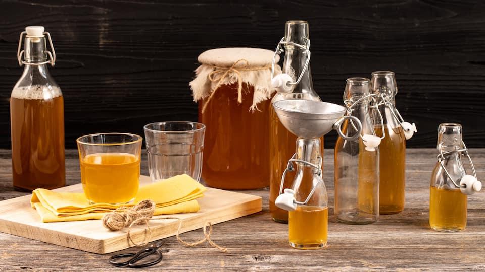 Kombucha ist ein Gärgetränk, welches sich auch selber herstellen lässt. Man benötigt dafür allerdings bereits eine kleine Menge an Kombucha.