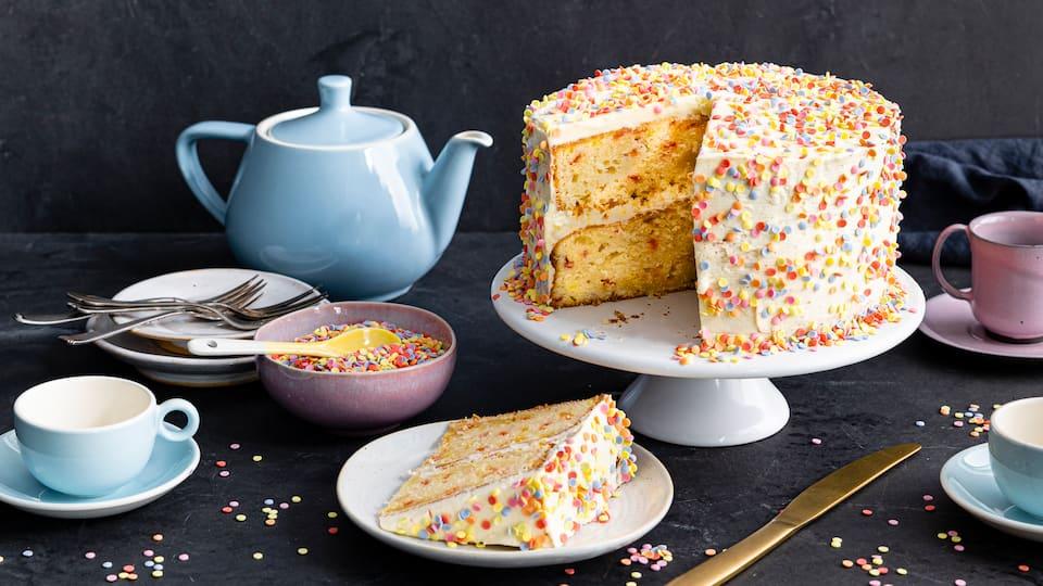 Konfetti für alle! Perfekt für einen bunten Geburtstagstisch ist unser Konfetti-Kuchen. Und besonders lecker ist er noch dazu!