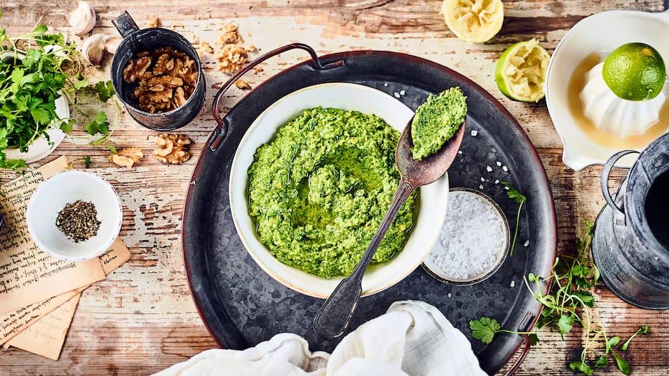 Selbst gemachtes Koriander-Walnuss-Pesto mit Knoblauch passt hervorragend zu Nudeln und hält sich ca. 2 Wochen im Kühlschrank.