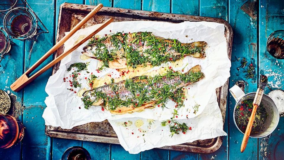 Eine leckere Kräutermarinade für Fisch: Wer es gerne fruchtig mag, kann die Marinade z.B. noch mit frischem Limetten- oder Zitronensaft verfeinern.