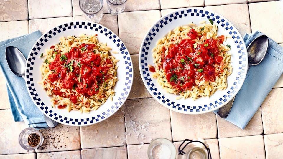 Leckere kleine Nudeln in Reiskornform wie beim Griechen: Kritharaki mit selbstgemachter Tomaten-Zwiebel-Soße.