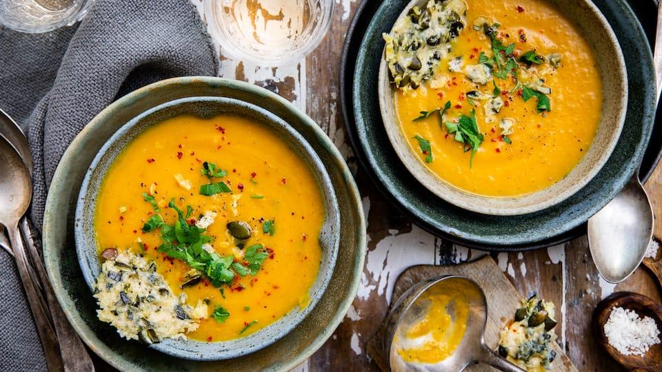 Ein herbstliches Geschmackserlebnis: Kürbis-Birnen-Suppe mit selbstgemachten Parmesan-Crackern – unbedingt ausprobieren!
