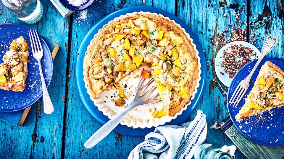 Unser Tipp für eine vollwertige Herbstmahlzeit: Probieren Sie unsere Kürbis-Birnen-Tarte mit Schafskäse, Cashewkernen und Gorgonzola-Weißwein-Guss!