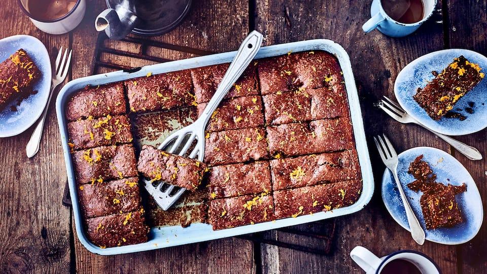 Kürbis-Brownies mit Schokolade und Kokosraspeln sind einfach nur unwiderstehlich lecker und das nicht nur im Herbst. Denn den Hokkaido Kürbis zum Beispiel, gibt es ganzjährig zu kaufen.