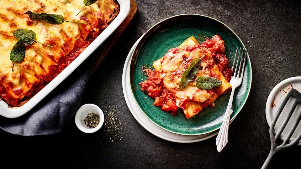 Cannelloni müssen nicht immer mit Fleisch sein. Wir finden z.B. unser Rezept für selbstgemachte Kürbis-Cannelloni mit Parmesan und Mozzarella richtig lecker.