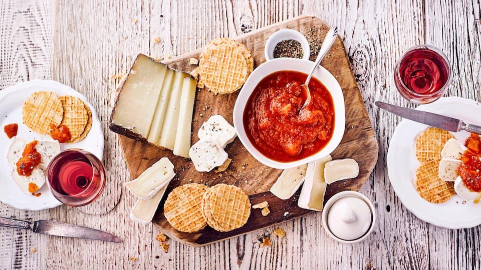 Unser Kürbis-Chutney-Rezept passt zu fast allem: Fleisch, Fisch, Käse, Reis- oder Pastagerichten, Crackern oder Brot. Und das Beste: Es ist blitzschnell gemacht.