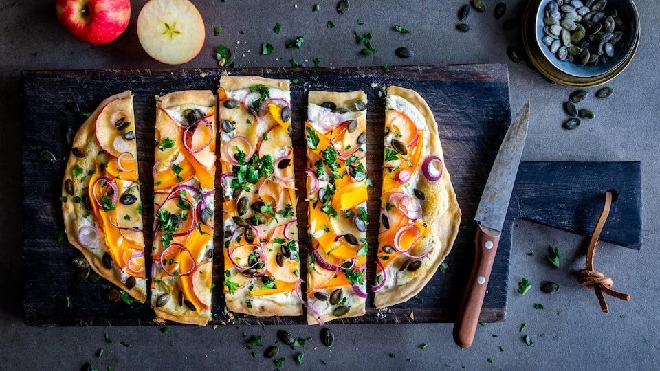 Entdecken Sie dieses edle Rezept für die kulinarischen Herbstmomente: Ein hauchdünner Fladen wird köstlich belegt mit fruchtigem Kürbis, aromatischem Ziegenfrischkäse, knackigen Äpfeln und leckeren Kürbiskernen!