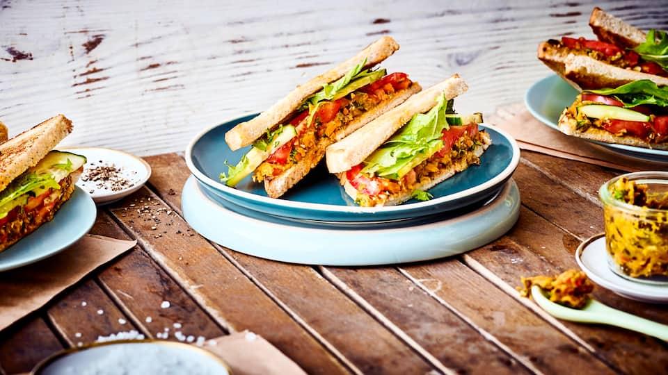 Reichlich Gemüse, frische Petersilie und geröstete Kürbiskerne sind das Geheimnis unseres Gemüseaufstrich-Rezepts. Bereiten Sie Sandwiches damit zu!