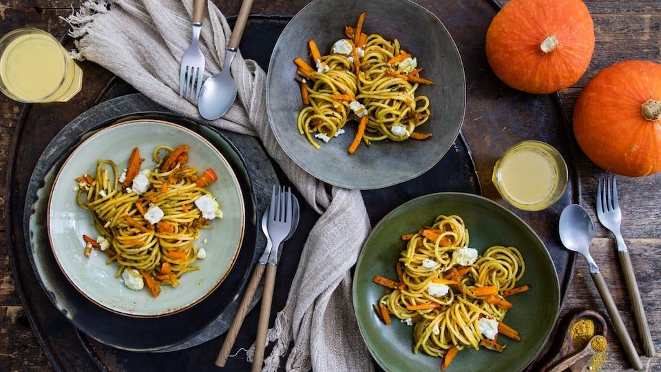 Der unverkennbare Geschmack von Ziegenkäse macht diese Kürbis-Pasta mit Salbei und Ziegenkäse zu einem echten Highlight für den Herbst!
