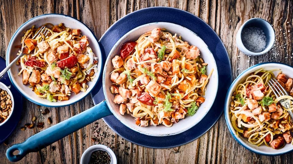 Zaubern Sie mit unserem Rezept ein mediterranes Spaghetti-Gericht mit Kürbis, Lachs und Fenchel – verfeinert mit Sauerrahm und Pinienkernen!