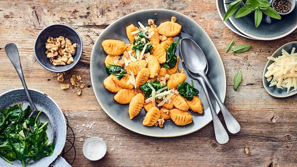 Schön herbstlich: Unsere orange-gelbe Kürbis-Gnocchi sorgen für einen herrlich buttrigen Kürbisgeschmack! Mit unserem Rezept für selbstgemachte Kürbis-Gnocchi können Sie den Versuch wagen, sie zu Hause selber zu machen.