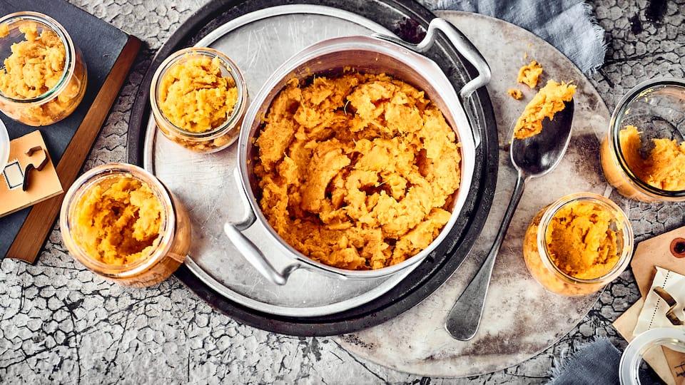 Unser selbstgemachtes Kürbismus ist nicht nur lecker, sondern auch richtig vielseitig: Es eignet sich hervorragend als Brotaufstrich, als Dip oder als Füllung für Tartes, Kuchen oder Nudelteig.