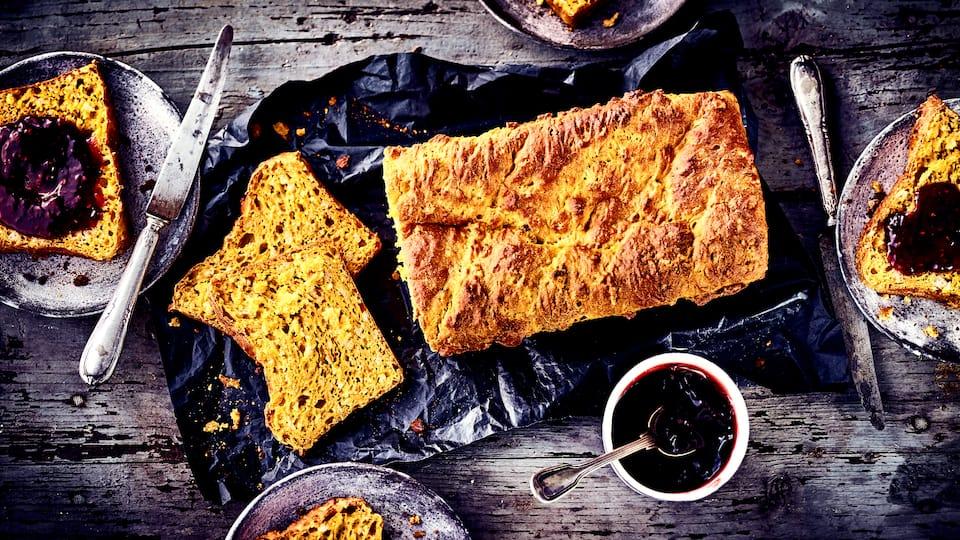 Wie wäre es mit herbstlichen Kürbisstuten zum Nachmittagskaffee? Probieren Sie unser Rezept für dieses süße Brot aus Hefeteig und Hokkaido-Püree einmal aus – ballaststoffreich und lecker!