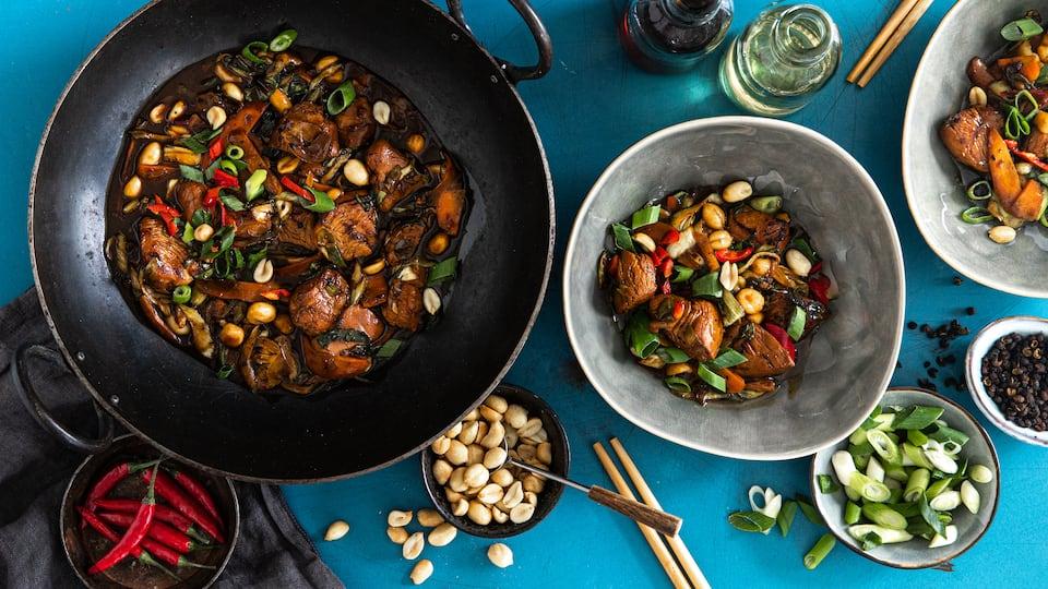 Lecker würzig und knusprig angebraten wird das Hühnchen in diesem Gericht aus China: Kung Pao Chicken mit allerlei Gemüse und vielen Gewürzen.