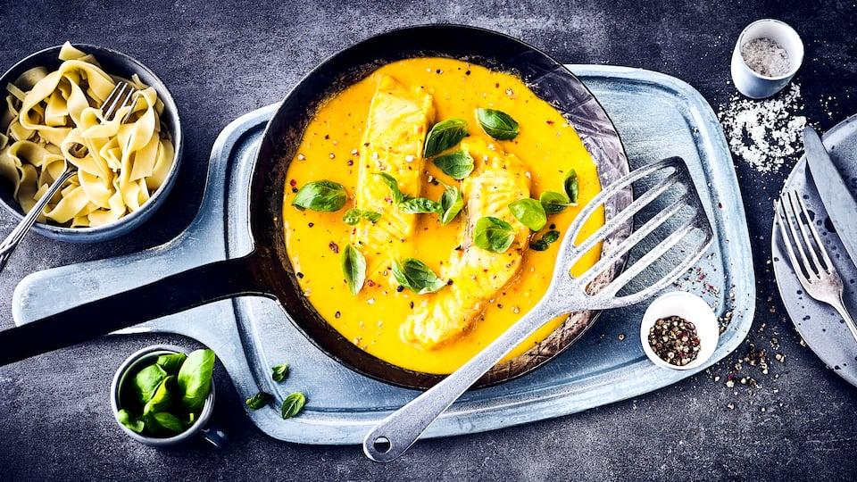 Lachs an MangosauceSie mögen exotische Gerichte? Dann sollten Sie unbedingt unser Rezept für Lachsfilets in fruchtiger Mangosoße und Nudeln probieren.