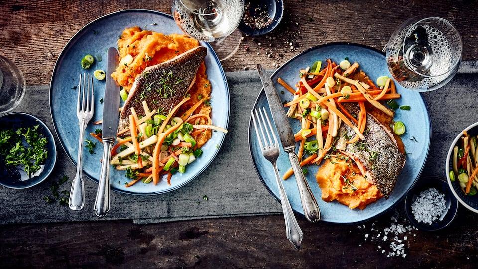 Filets von der Lachsforelle gebraten mit einem Süßkartoffelpüree und feinem Gemüse aus Lauch, Karotte und Petersilienwurzel.