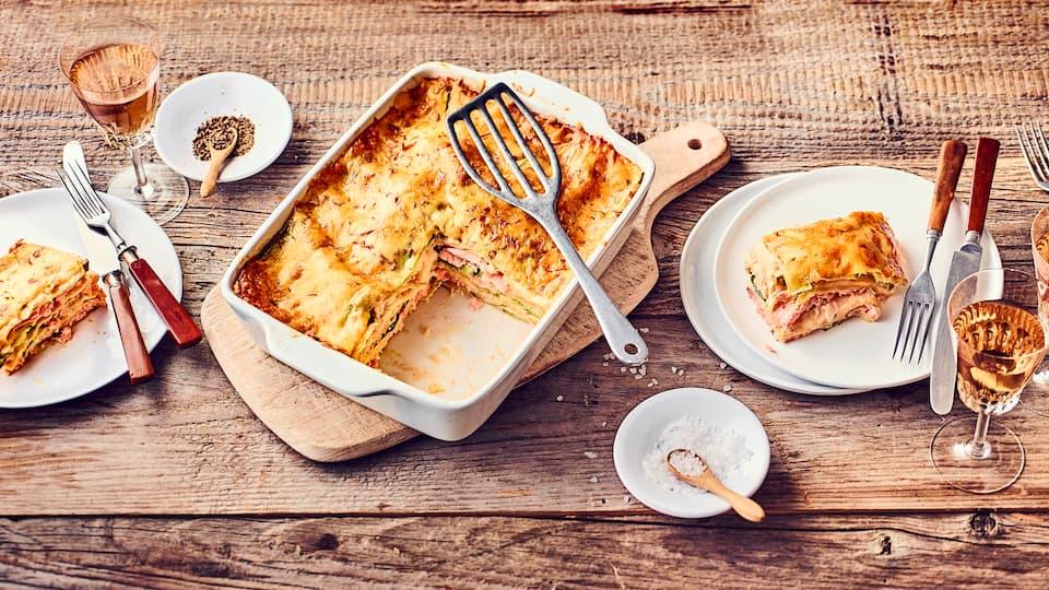 Lasagne: Das italienische Auflaufgericht mit Nudelplatten gibt es in vielen Variationen. Lassen Sie sich mit unserem Lachs-Lasagne-Rezept eine Variante vorstellen.