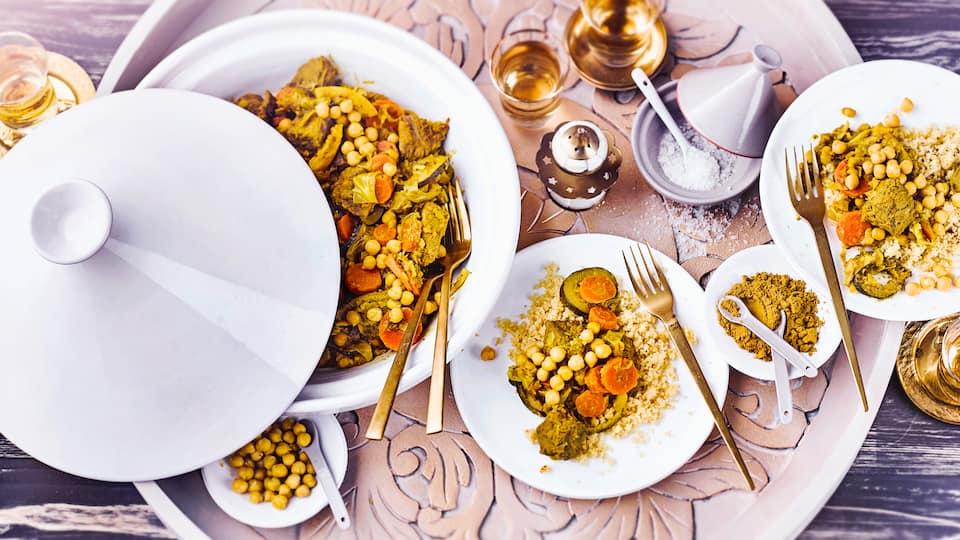 Probieren Sie unsere afghanische Lamm-Gemüse-Tajine mit Kichererbsen und Couscous. Mit viel Gemüse und orientalisch gewürzt ein leckeres Gericht aus der Tajine!