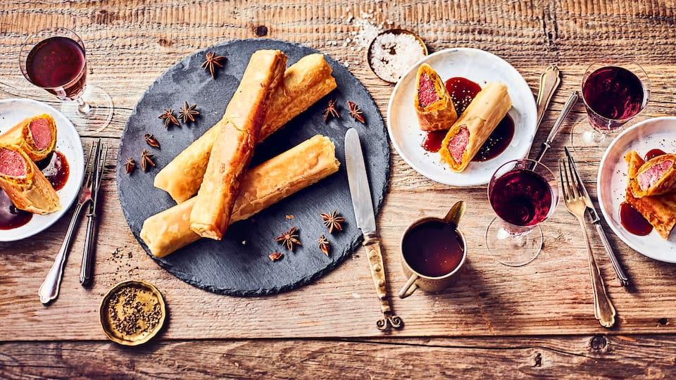 Köstliche Gewürze, getrocknete Aprikosen und knuspriger Filo-Teig bringen einen leichten orientalischen Hauch in unser Rezept für Lammfilet.