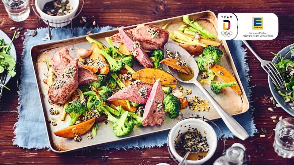 Zart und im Ofen rosa gebraten sind unsere Lammlachse einfach nur köstlich! In unserem Rezept kombinieren wir die Filets mit Süßkartoffelspalten und Spargoli - einer schmaleren Variante des Brokkoli, die etwas milder und süßer schmeckt und an Spargel erinnert.