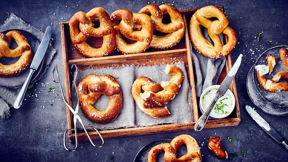Wir alle lieben sie als Snack für Zwischendurch oder abends zur Brotzeit. Laugenbrezeln lassen sich vielseitig belegen oder einfach so vernaschen!