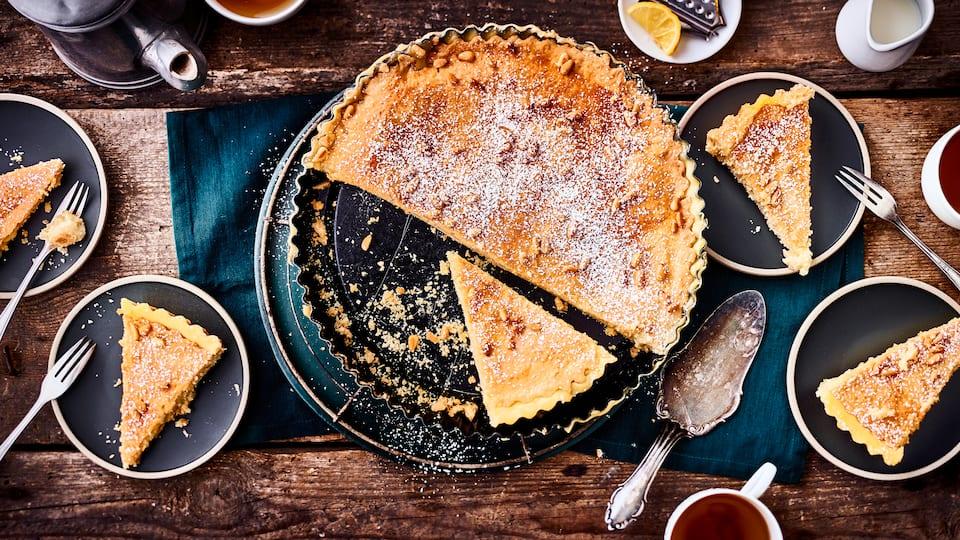 """Kennen Sie schon diese cremig-süße Füllung aus der britischen Küche? Probieren Sie unser Rezept für eine Tarte mit """"Lemon Curd"""": Mit Milch, Eigelb, einer Vanilleschote und zwei Zitronen!"""
